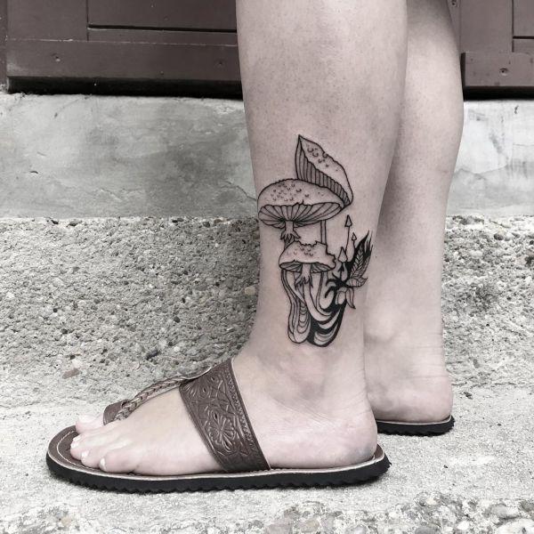 Татуировка-контур трех грибов на ноге