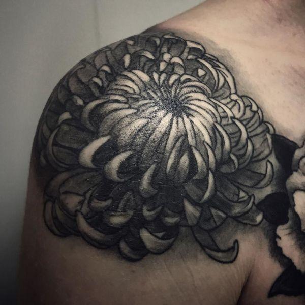 Чб тату хризантемы на плече