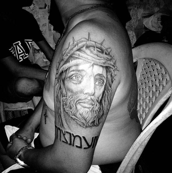 Татуировка Иисуса с надписью на плече