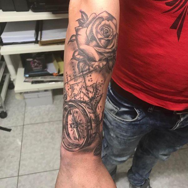 Роза и компас в виде татуировки