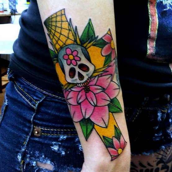 Крест с черепом в цвете на руке