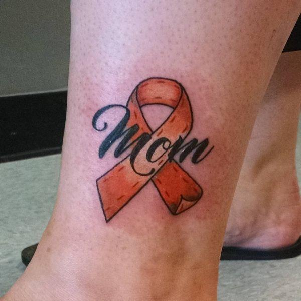 Татуировка небольшой ленты и надписи Мама Mom