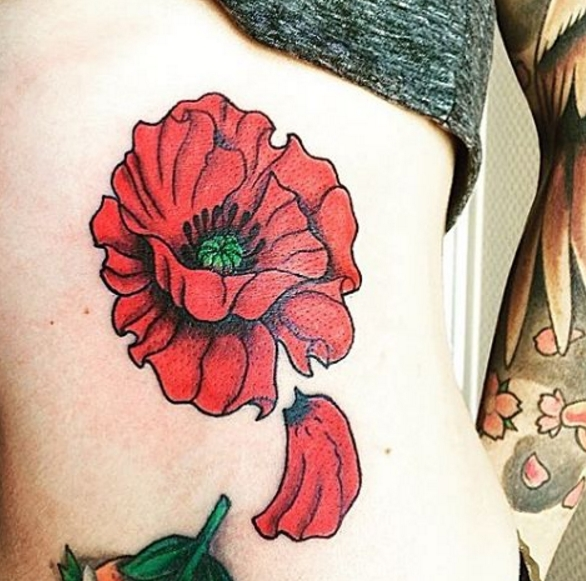 Татуировка мак сбоку тела