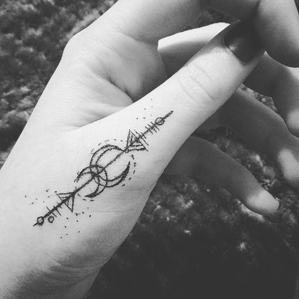 Татуировка рун на большой пальце руки маркером
