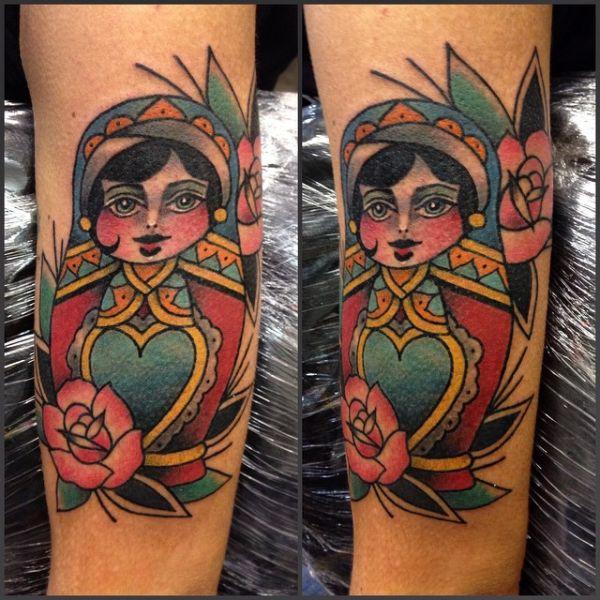 Татуировка матрешки на ноге