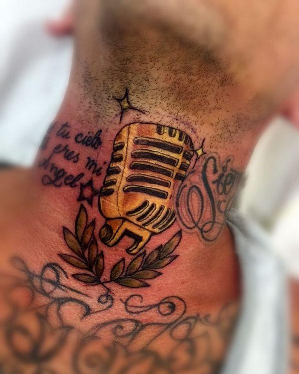 Татуировка микрофон на шее