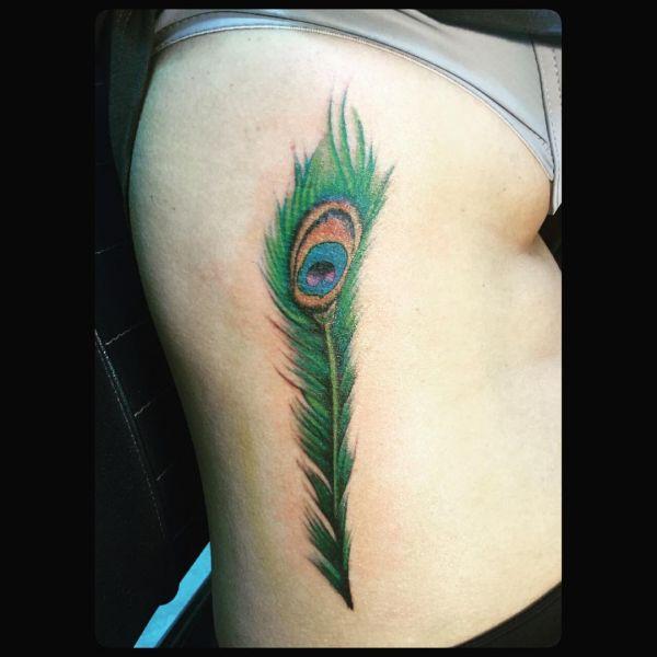 Перо павлина в зеленом цвете