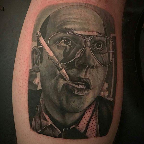 Портрет человека с сигаретой и очках в виде тату