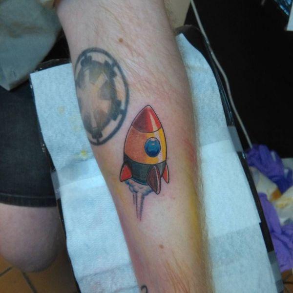 Татуировка разноцветной ракеты