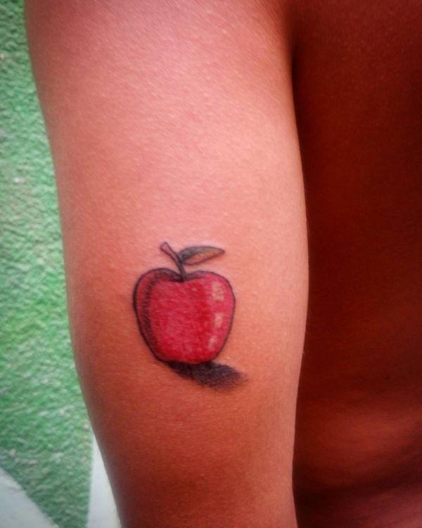 Красное яблоко небольшого размера
