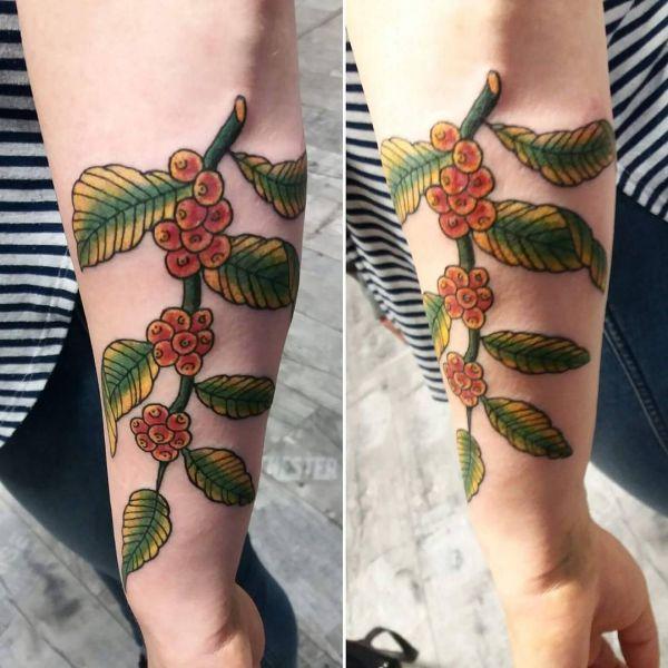 Татуировки ягод рябины на предплечье