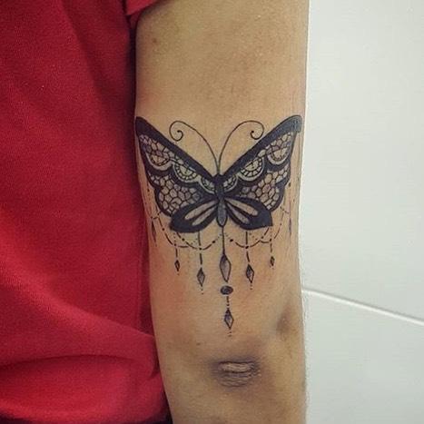 Бабочка в стиле Барокко у девушки на плече