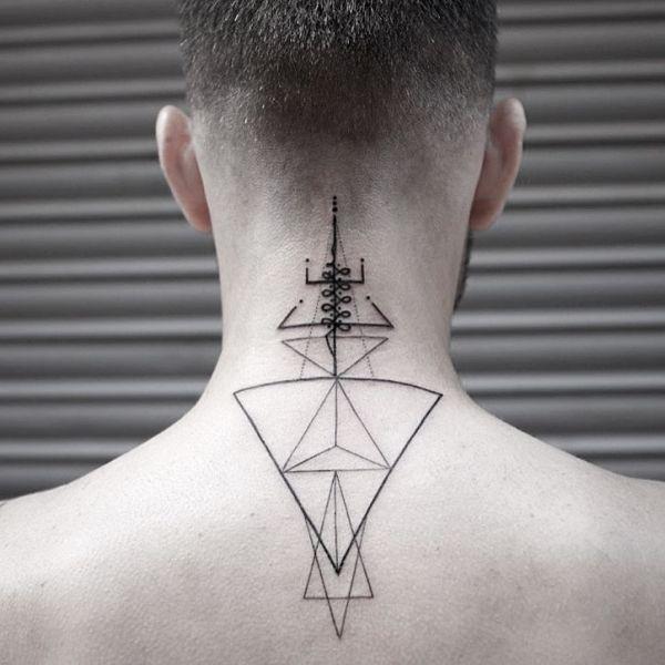 Татуировка геометрия на спине парня