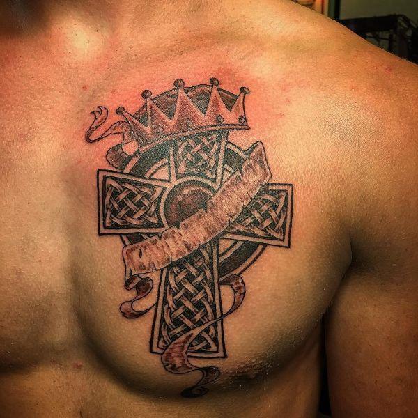 Кельтский крест с короной на груди парня