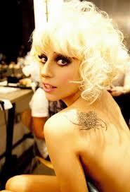 Еще один ракурс татуировки Леди Гаги на лопатке