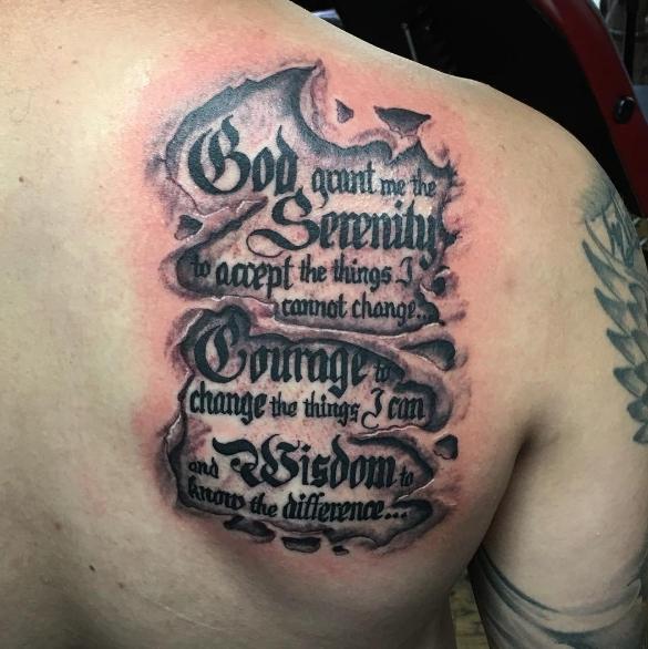 Надпись под кожей в виде молитвы, татуировка