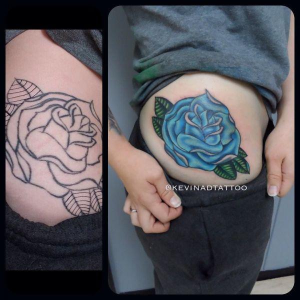 Большая синяя роза на бедре у девушки
