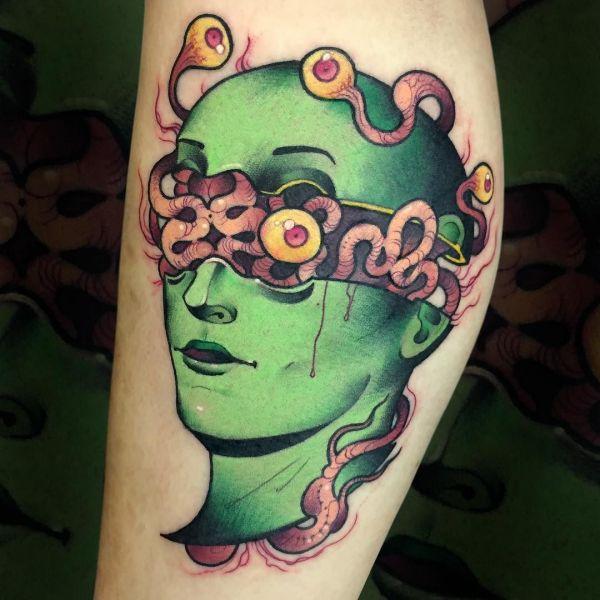Зеленый человек на голени