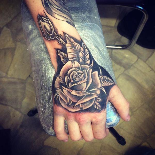 Роза на черном фоне на кисти