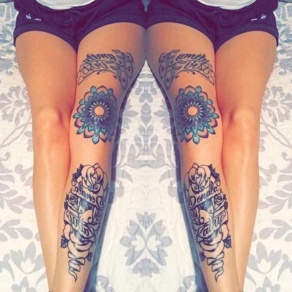 Узор синего цветка на коленях девушки