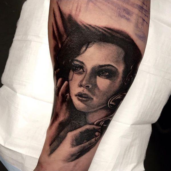 Татуировка красивой девушки