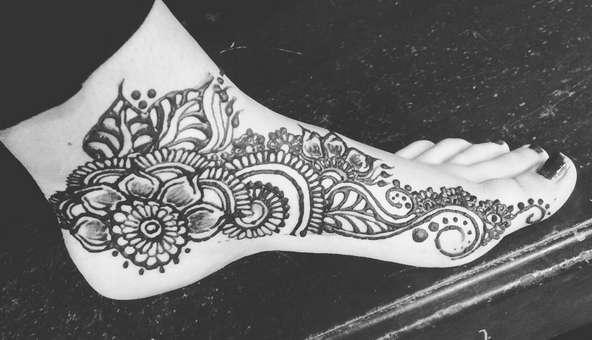 Временная татуировка на ноге
