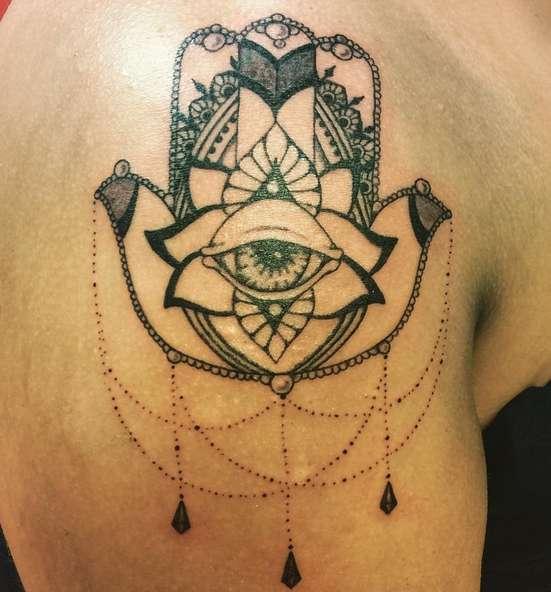 Буддийская татуировка символа ОМ и гора глаза