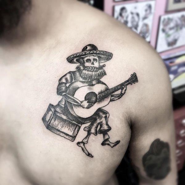Татуировка в мексиканском стиле на груди парня