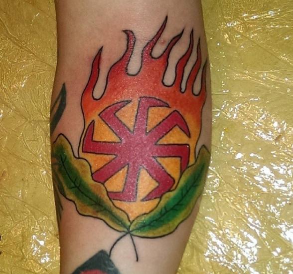 Нацистская татуировка рунического знака в огне