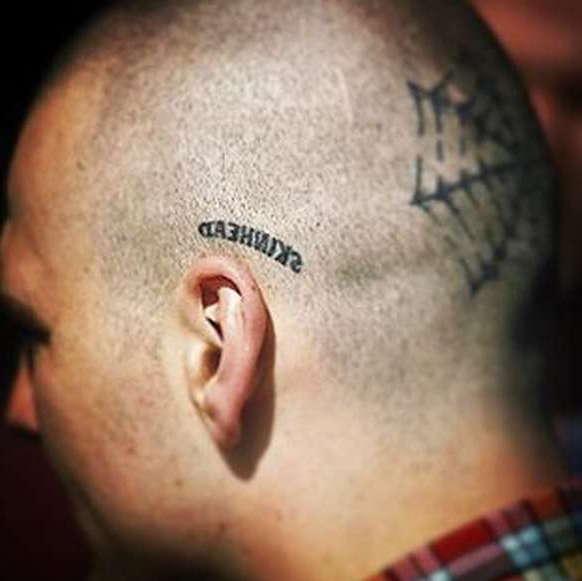 Надпись skinhead на голове