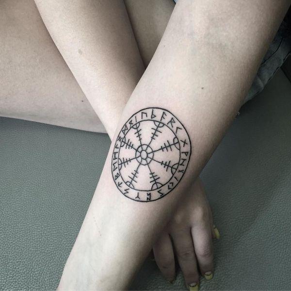 Руническая татуировка на руке