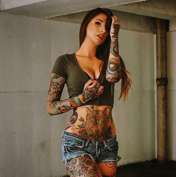 Девушка с сексуальными татуировками