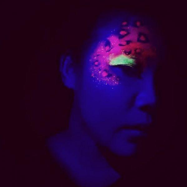 Светящаяся татуировка на лице: светится глаз в темноте