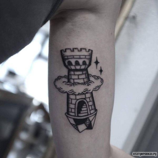 Башня в облаках на руке