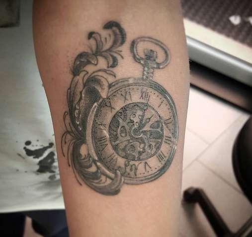 Карманные часы на руке