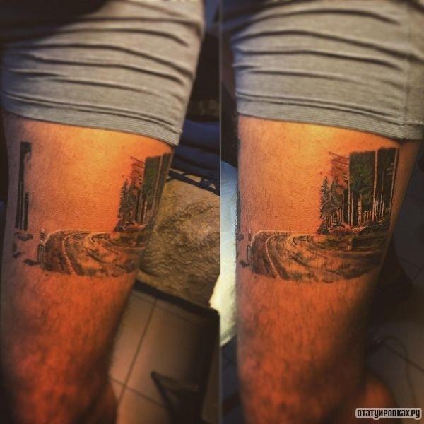 Тату дорога со зданиями на плече парня
