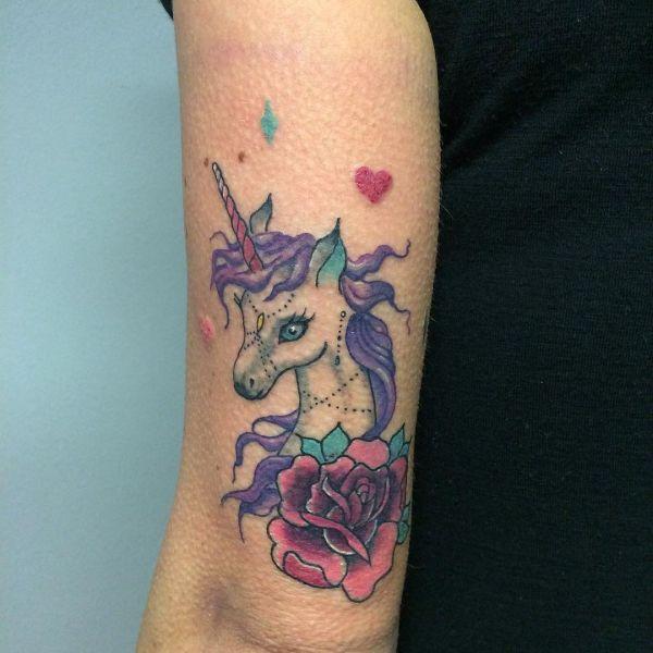 Татуировка маленького единорога на руке