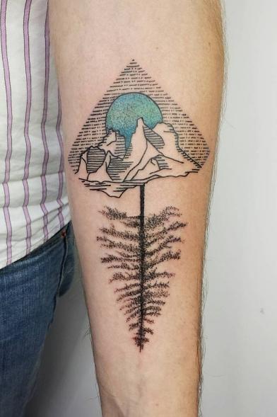 Горы с перевернутым деревом в виде татуировки