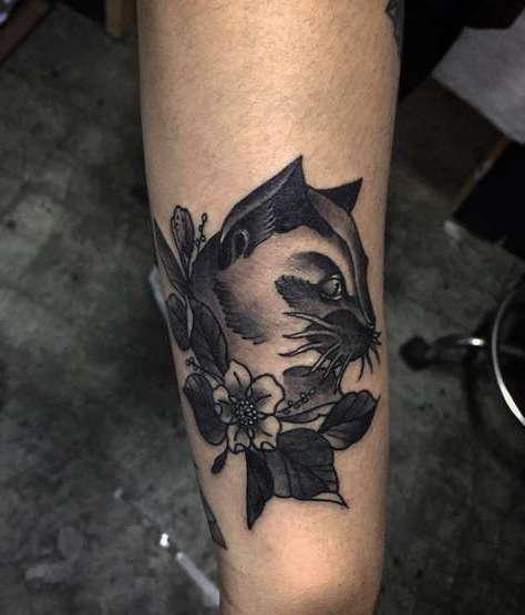 Черная кошка с цветочком