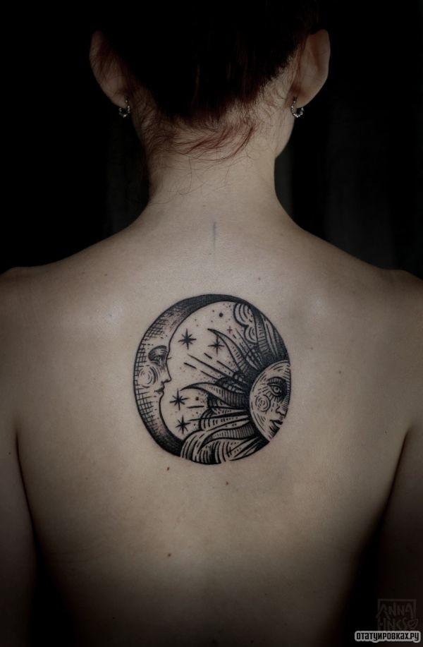 Татуировка круг в виде солнца и луны в одной тату