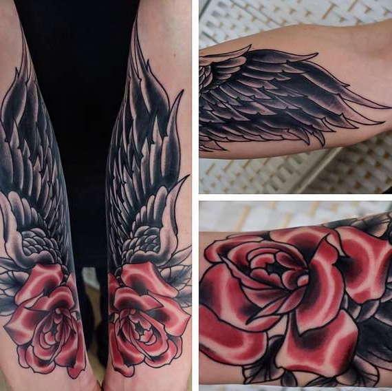 Татуировка крыльев с красной розой на руке