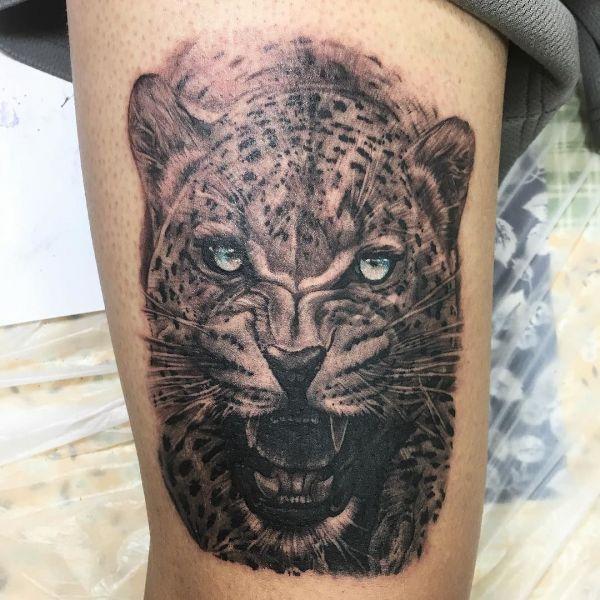 Тату леопард в черно-белом варианте с голубыми глазами