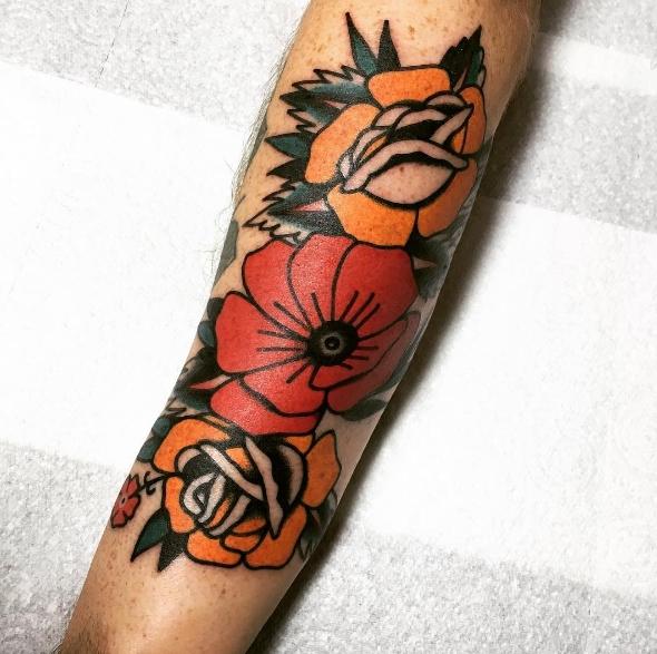 Татуировка композиция мака с розой на руке в цвете