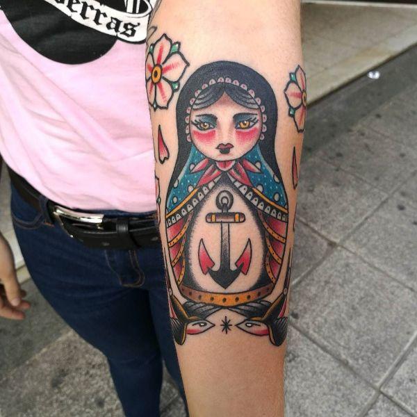 Татуировка матрешки с якорем на руке