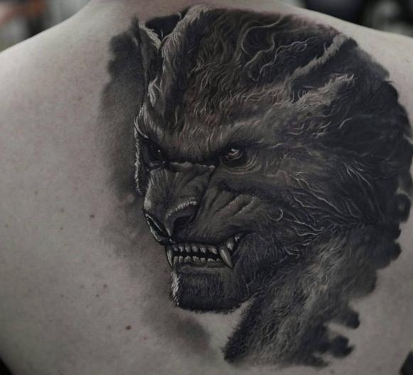Оборотень на спине у парня, татуировка