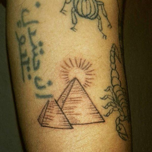 Татуировка двух небольших пирамид