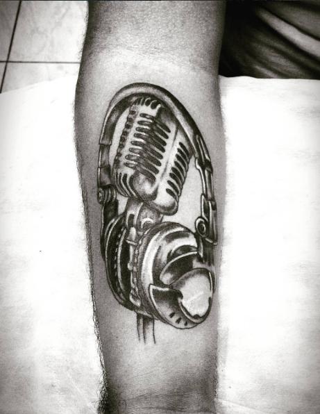 Татуировка рокера на плече - наушники с микрофоном