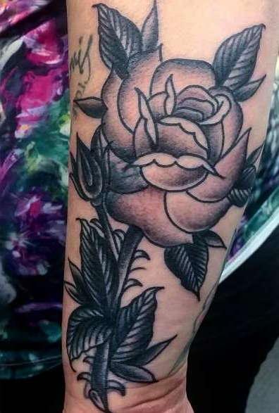 Олд скул роза на ноге девушки