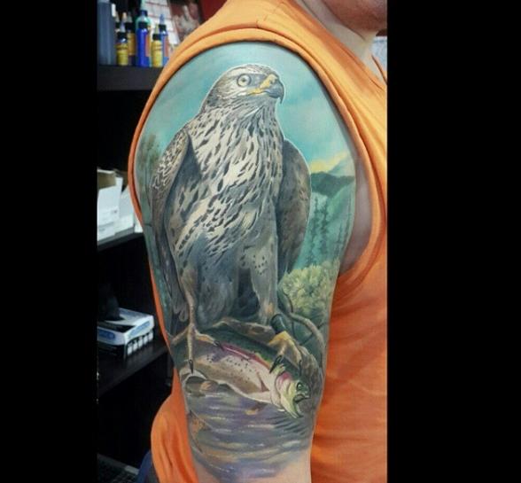 Татуировка сокол в цвете на плече парня