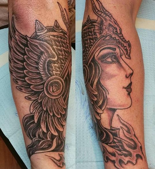 Валькирия с короной в виде татуировки на предплечье